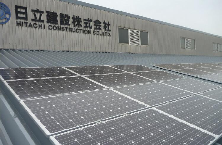日立建設倉庫屋根上のソーラーパネル